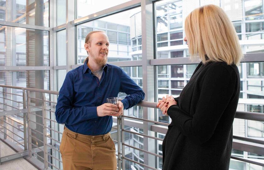 Digitale Leute - Bjarke Walling - Book A Tiger - Bjarke im Austausch mit einer Kollegin.