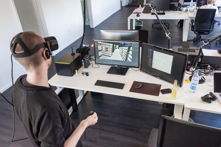 Digitale Leute - Stefan Klefisch - 42dp - Stefan erkärt uns die Tools und Methoden der Agentur an einem Virtual Reality Projekt der Metro.