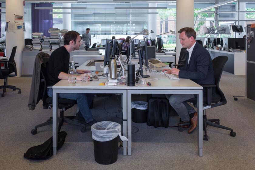 Digitale Leute - Michael Schultheiß - Zeit Online - Michael sitzt in seiner Funktion als Leiter der Entwicklungsredaktion bei Zeit Online bei seinen Kollegen mit am Tisch.