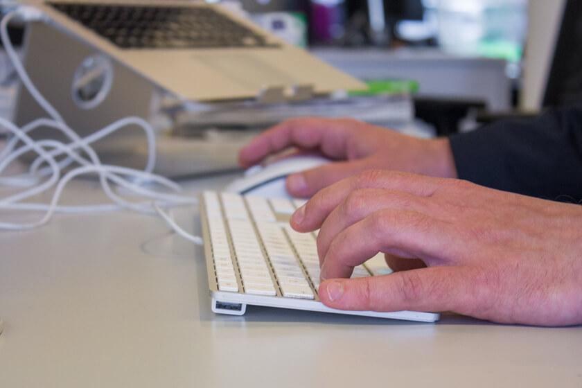 """Digitale Leute - Michael Schultheiß - Zeit Online - Diese Hände können Coden und tun es auch hin wieder, wie zum Beispiel für das Projekt """"Deutschland spricht""""."""