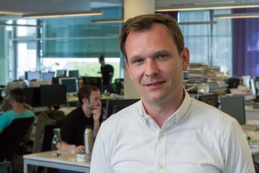 Digitale Leute - Michael Schultheiß - Zeit Online - Portrait ohne Sacko von Michael Schultheiß im Großraumbüro von Zeit Online in Berlin.