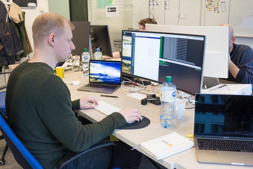 Digitale Leute - André Hoendgen - Justix - Der Senior Developer André Hoendgen an seinem Arbeitsplatz im Mediapark 5 in Köln.