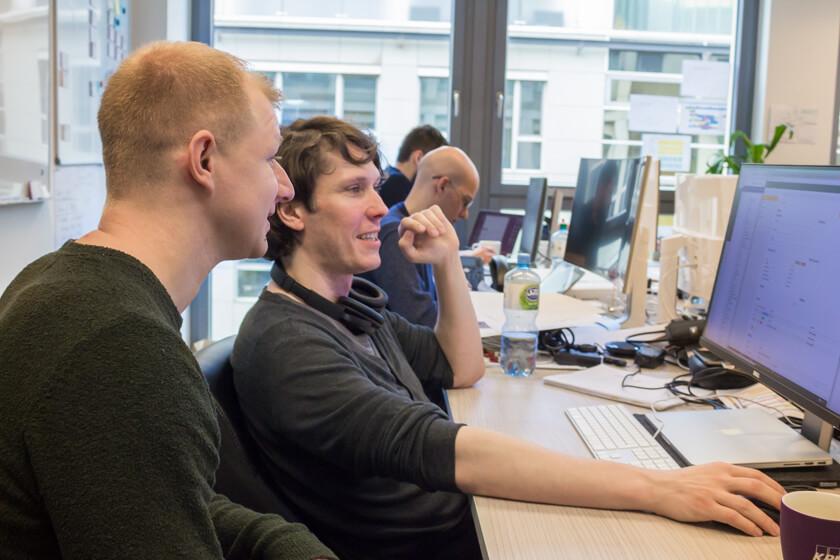 Digitale Leute - André Hoendgen - Justix - André und ein Kollege im Gespräch im Office von Justix im Kölner Mediapark.