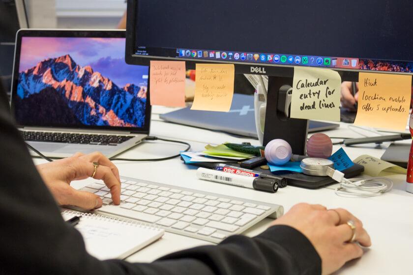 Digitale Leute - Adrienne Ossko - EyeEm - Adrienne Ossko, Product Lead Photography bei EyeEm hat zwar einen festen Arbeitsplatz, setzt sich aber gerne zu den anderen Teams.