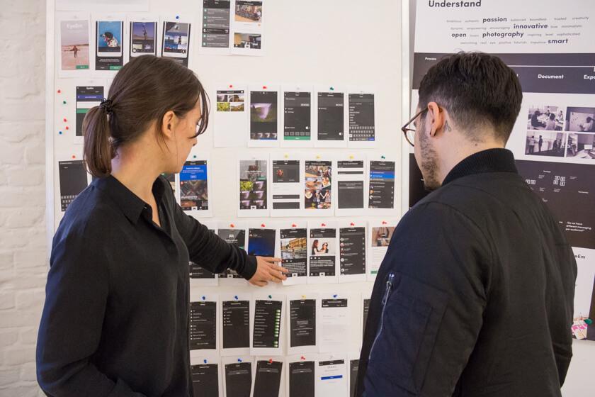 Digitale Leute - Adrienne Ossko - EyeEm - Adrienne geht mit einem Designer Mockups durch.