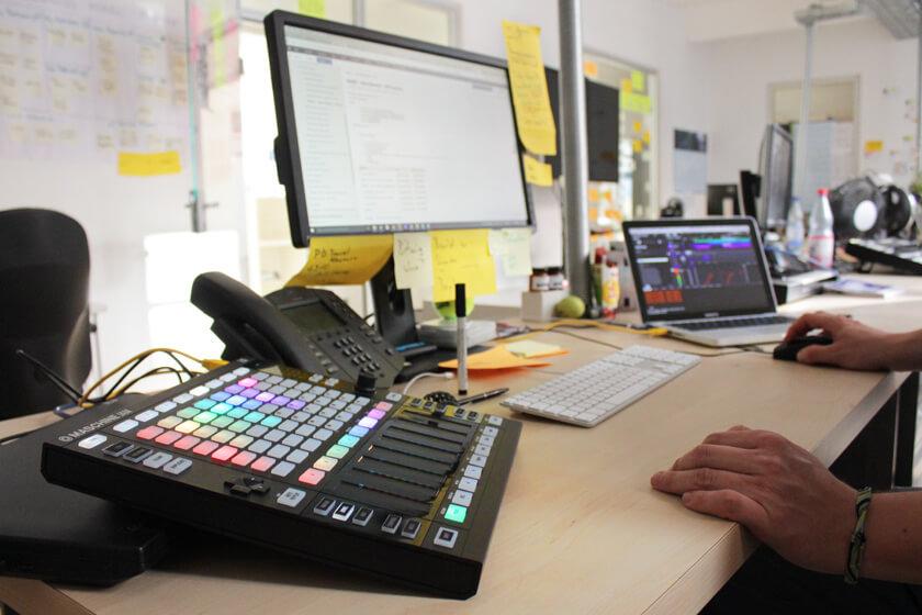 Digitale Leute - Steffen Dierolf - Native Instruments - Maschine Jam an Steffens Arbeitsplatz in Betrieb