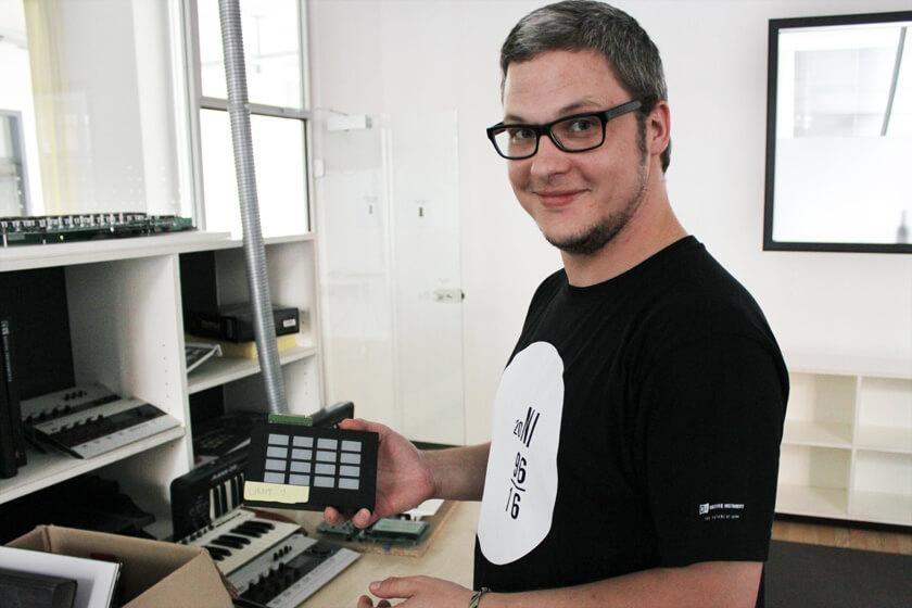 Digitale Leute - Steffen Dierolf - Native Instruments - Steffen mit einem Testpanel für Knöpfe