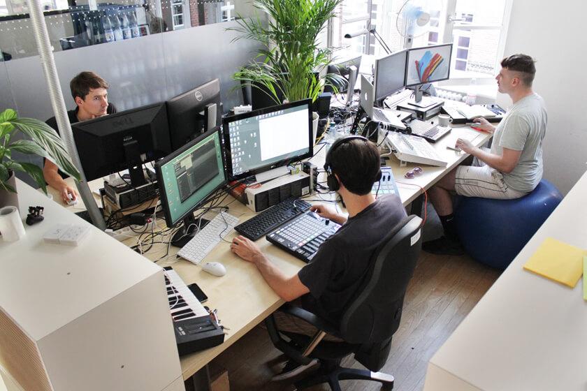 Digitale Leute - Steffen Dierolf - Native Instruments - Softwareentwickler bei der Arbeit