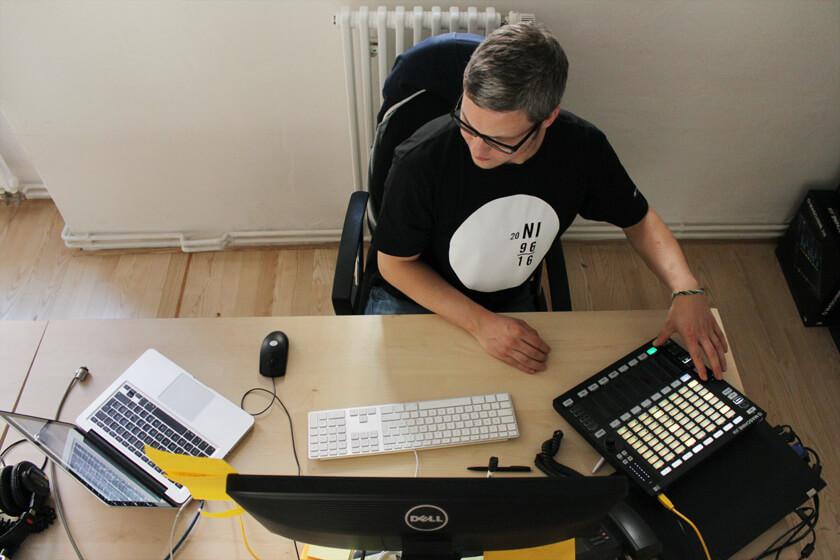 Digitale Leute - Steffen Dierolf - Native Instruments - Steffen testet die Maschine Jam
