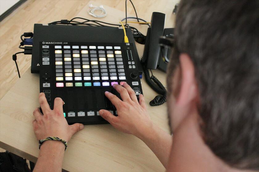 Digitale Leute - Steffen Dierolf - Native Instruments - Steffen drückt die Shift Taste