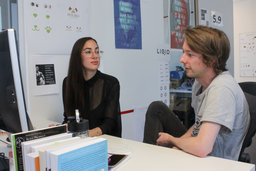 Digitale Leute - Marimar Hollenbach - Project A - Kurze Besprechung mit einem Teamkollegen.