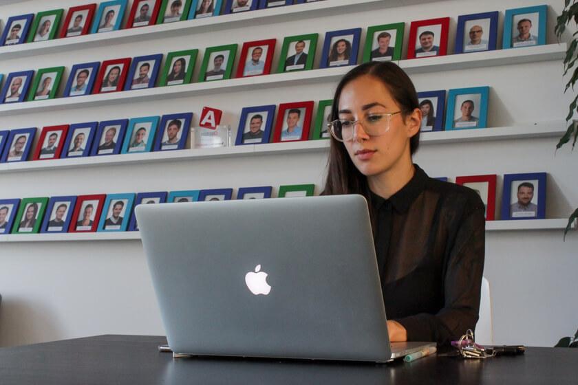 Digitale Leute - Marimar Hollenbach - Project A - Das MacBook ist ein wichtiges Arbeitsgerät für Marimar.