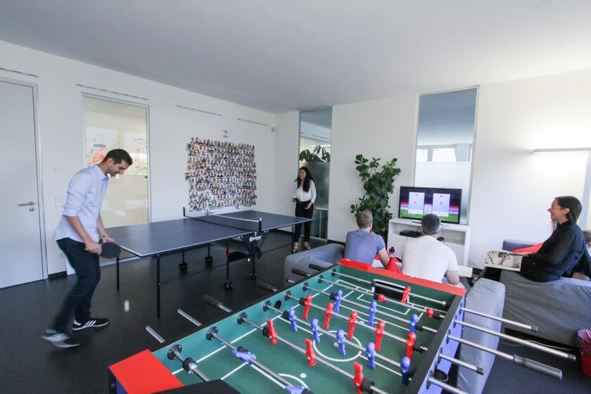 Digitale Leute - Marimar Hollenbach - Project A - Das Team entspannt im Gruppenraum von Project A.
