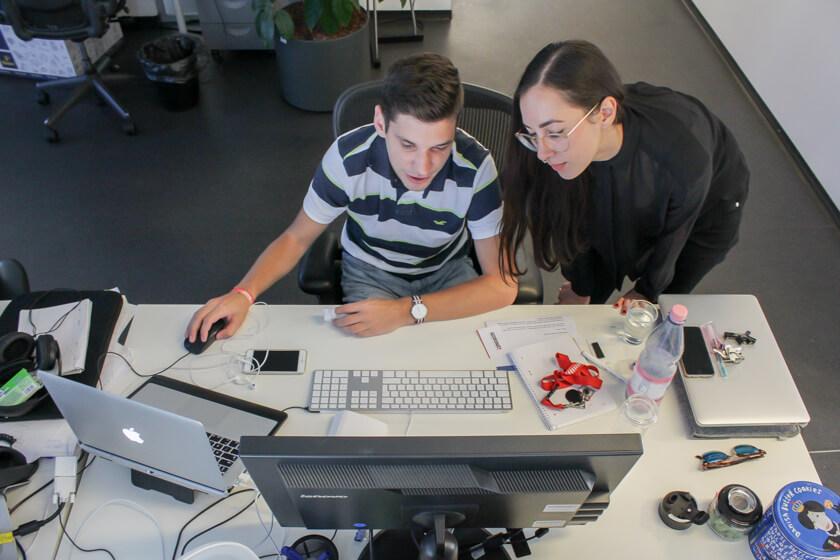Digitale Leute - Marimar Hollenbach - Project A - Marimar tauscht sich mit einem Kollegen aus.