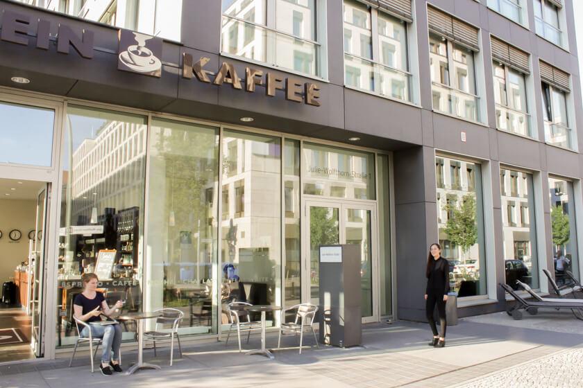 Digitale Leute - Marimar Hollenbach - Project A - Vor dem Gebäude von Project A, wo es ein Café gibt.