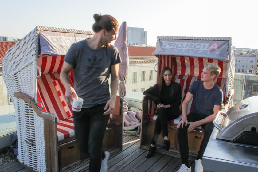 Digitale Leute - Marimar Hollenbach - Project A - Relaxen mit Kollegen auf dem Dach von Project A in den Strandkörben.