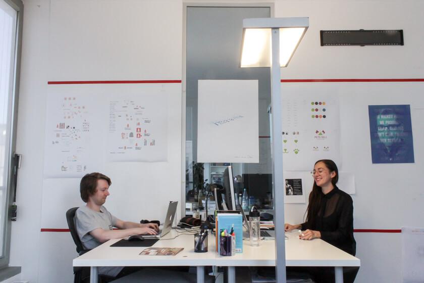 Digitale Leute - Marimar Hollenbach - Project A - marimar in ihrem Büro. Ohne orthopädischem Stuhl geht nichts.