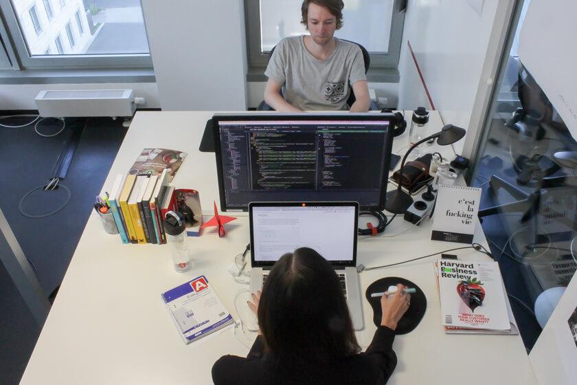 Digitale Leute - Marimar Hollenbach - Project A - Mindestens einen Monitor braucht Marimar. Besser: So viele wie in einem Raumschiff.