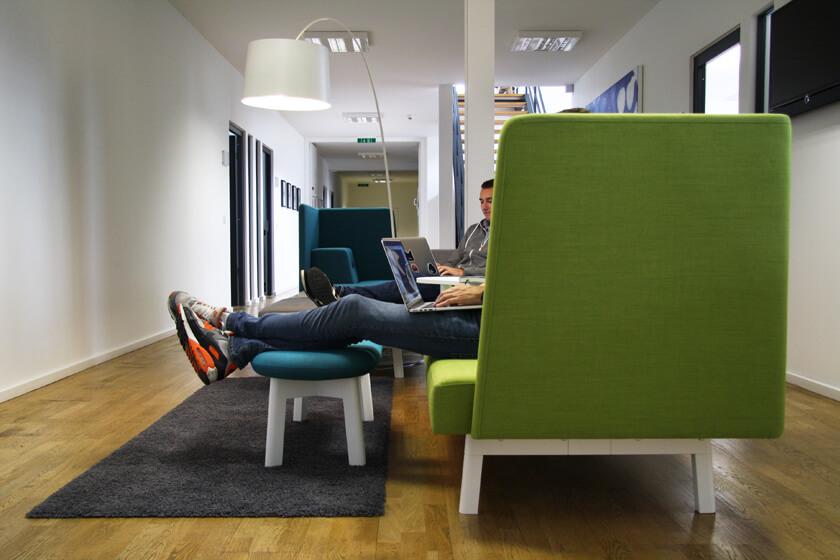 Inside Grandcentrix – Timo Joosten – iOS Developer - Timo und ein Kollege auf der Couch