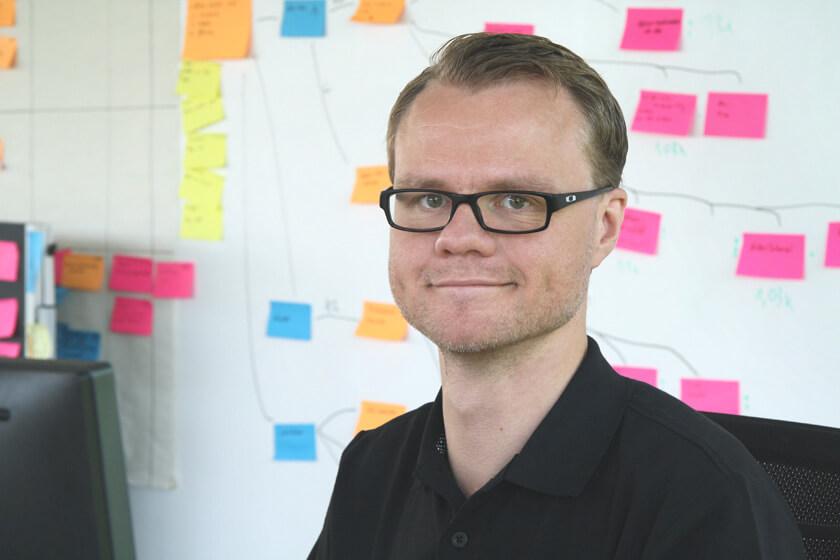 Digitale Leute - Hendrik Neumann - Chefkoch - Portrait von Hendrik in seinem Büro
