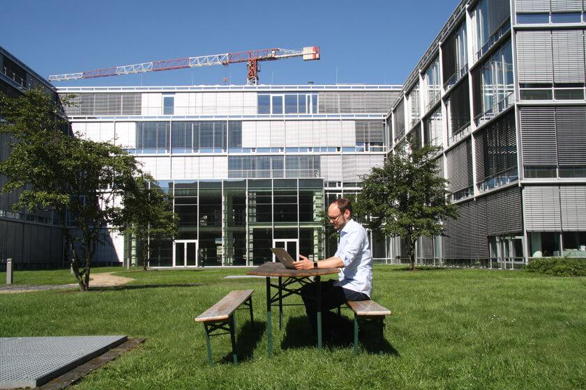 Digitale Leute - Michael Stache - Scanbot - Im Bonner Bogen lässt es sich auch gut im Freien Arbeiten.