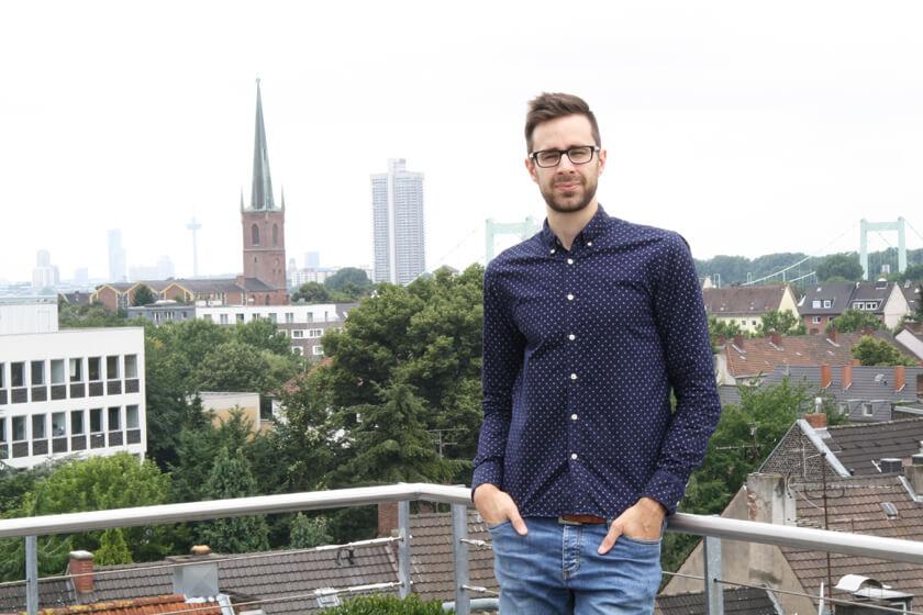 Inside Grandcentrix - Timo Joosten - iOS Developer - Portrait Timo mit Blick auf Mülheim