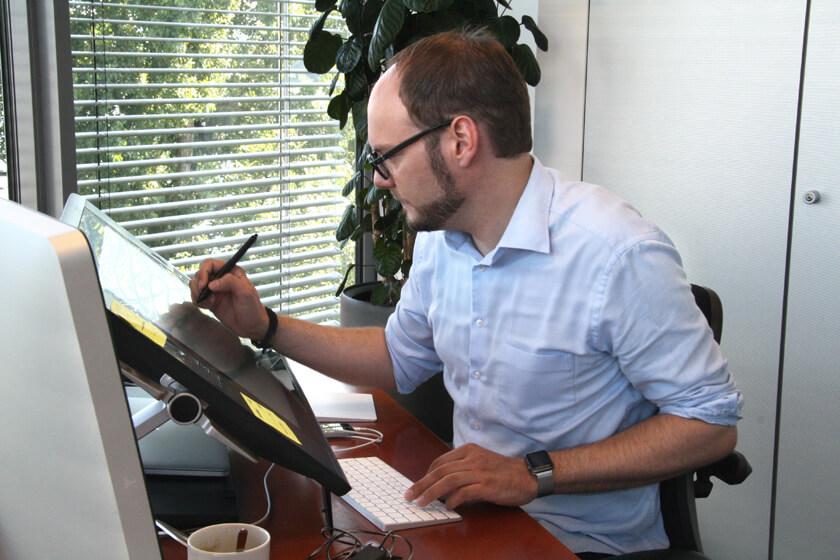 Digitale Leute - Michael Stache - Scanbot - Michael Stache arbeitet an seinem Wacom Cintiq