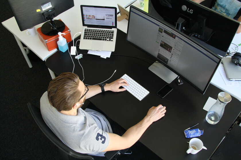 Digitale Leute - Simon Mader - Der kreative Facebook Marketing Manager - Simon sitzt an seinem Arbeitsplatz