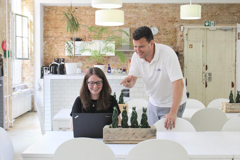 Digitale Leute - Magdalena Mues - Performics - Maggie mit ihrem Chef. Er macht den Finger.