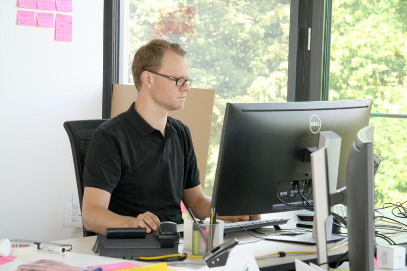 Digitale Leute - Hendrik Neumann - Chefkoch - Hendrik an seinem Arbeitsplatz