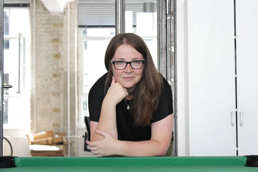 Digitale Leute - Magdalena Mues - Performics - Maggie lehnt sich am Billardtisch ab.