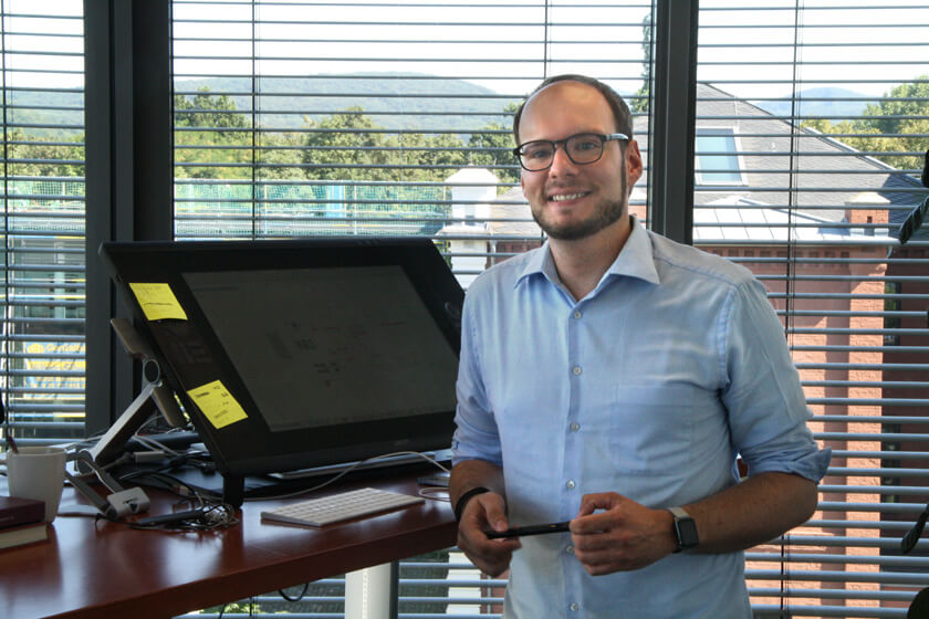 Digitale Leute - Michael Stache - Scanbot - Michael Stache in seinem Büro mit seinem Arbeitsgerät