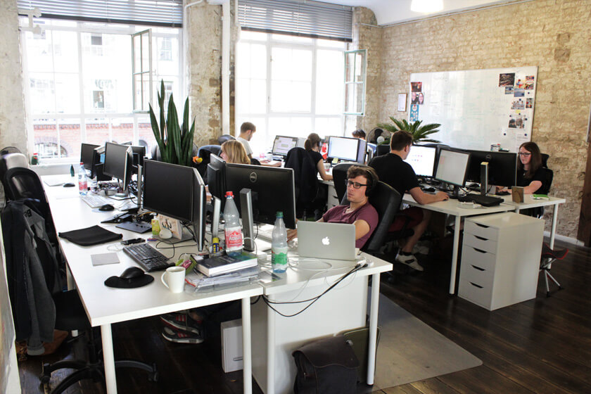 Digitale Leute - Magdalena Mues - Performics - Maggie sitzt wie jeder andere im Großraumbüro.