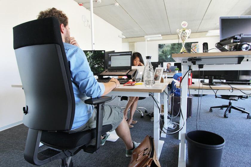 Digitale Leute - Christian Dommers - Eyeo GmbH - Christian Dommers sitzt an seinem Schreibtisch