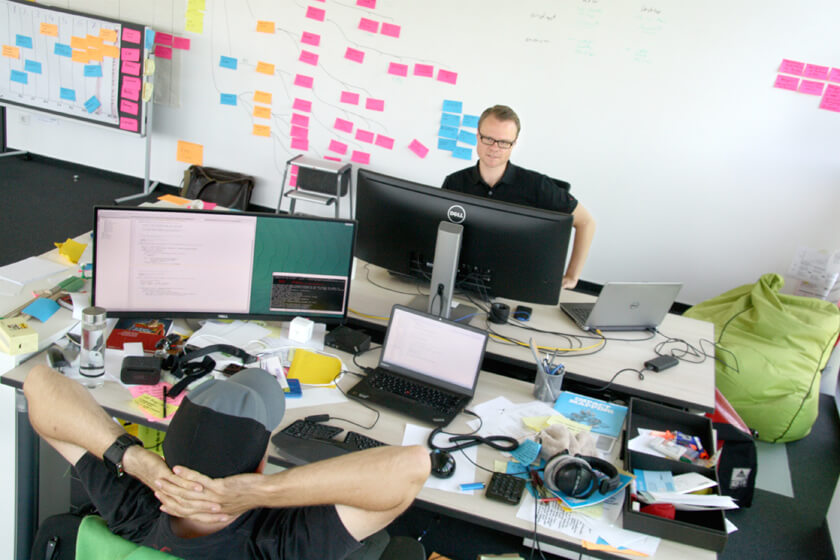 Digitale Leute - Hendrik Neumann - Chefkoch - Hendrik sitzt mit seinem Team im Büro