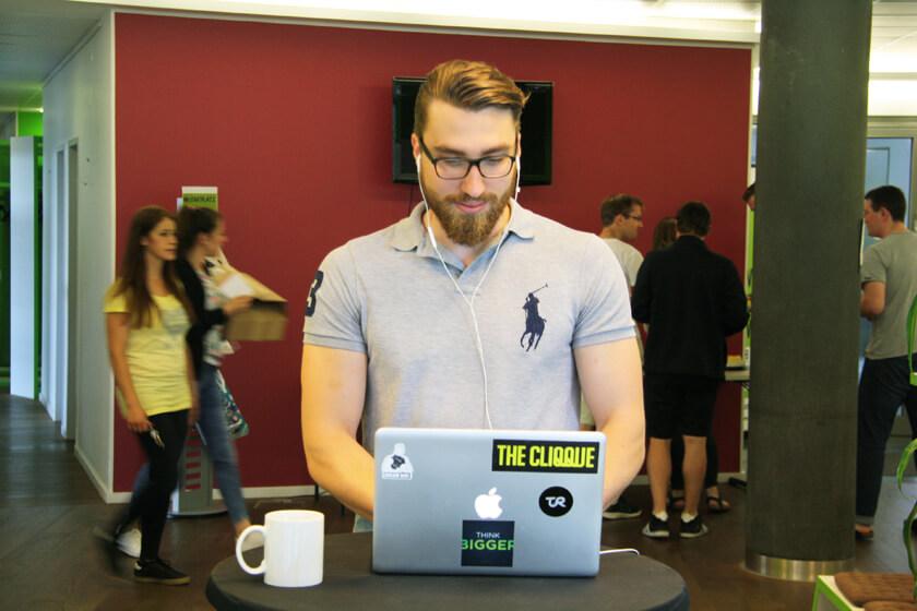 Digitale Leute - Simon Mader - Der kreative Facebook Marketing Manager - Im Startplatz findet Simon immer einen Platz zum Arbeiten