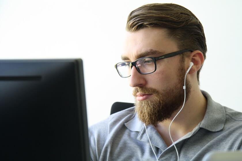 Digitale Leute - Simon Mader - Der kreative Facebook Marketing Manager - Ohne Kopfhörer geht bei Simon nichts