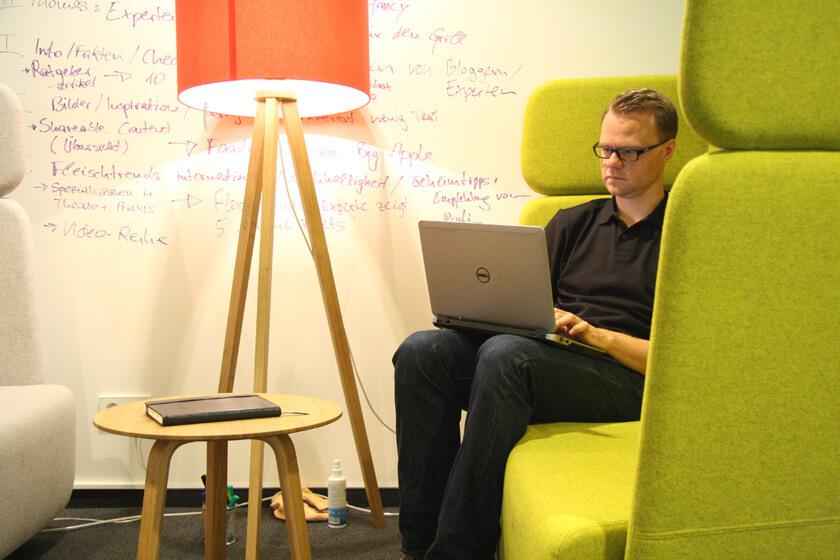 Digitale Leute - Hendrik Neumann - Chefkoch - Arbeiten auf der Couch