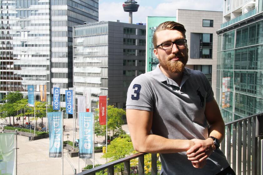 Digitale Leute - Simon Mader - Der kreative Facebook Marketing Manager - Auf dem Balkon des Startplatz im Kölner Mediapark