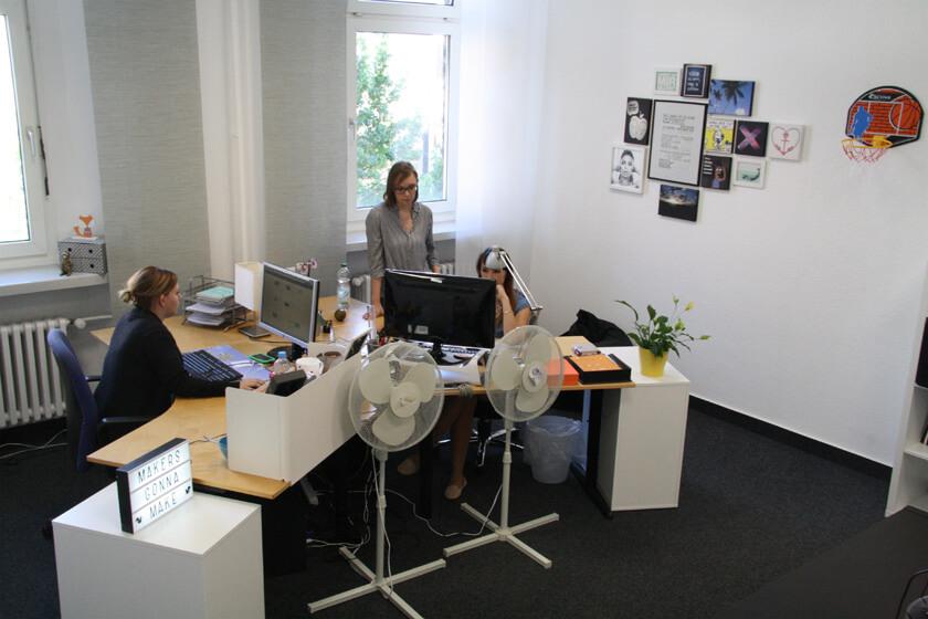 Digitale Leute - Virginia Kalla - employour - Die Chefredakteurin bespricht sich mit Virginia