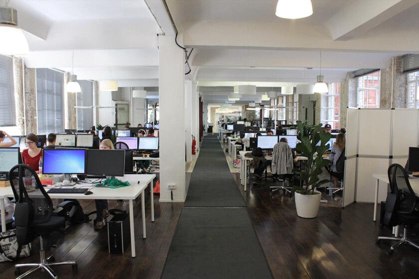 Digitale Leute - Magdalena Mues - Performics - Großraumbüro im Berliner Office.