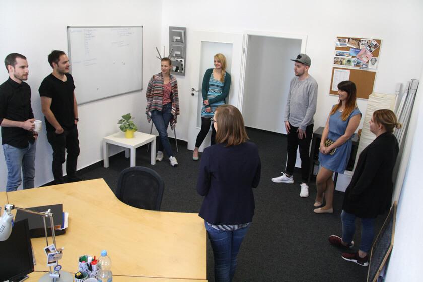 Digitale Leute - Virginia Kalla - employour - Gemeinsames Stand-up der Redaktion bei Employour
