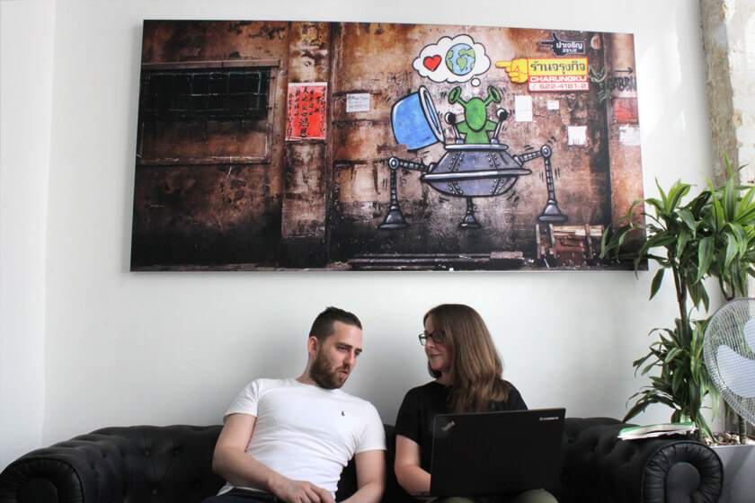 Digitale Leute - Magdalena Mues - Performics - Maggie bespricht sich mit einem Kollegen.