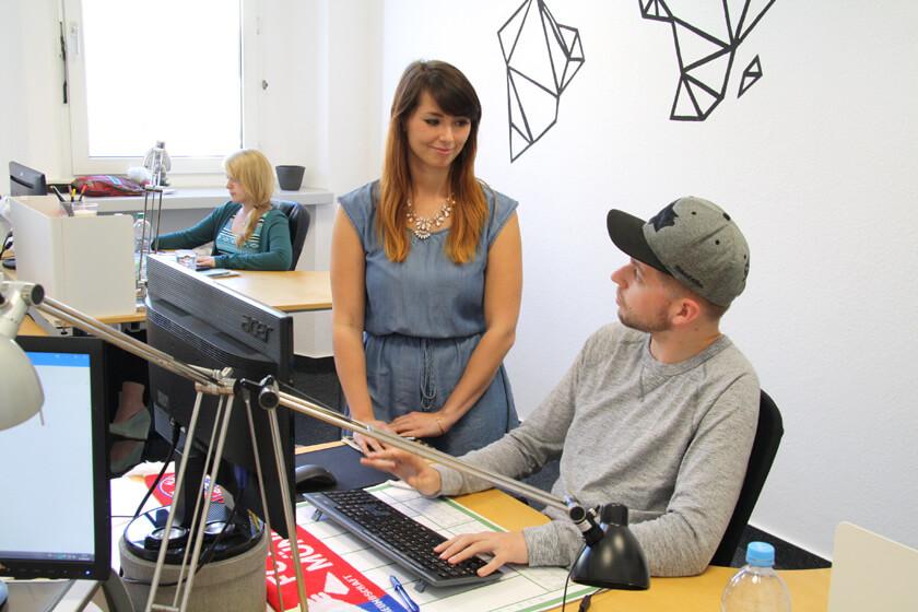 Digitale Leute - Virginia Kalla - employour - Virginia bespricht sich mit einem Kollegen