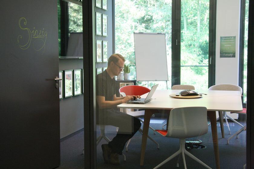 Digitale Leute - Hendrik Neumann - Chefkoch - Hendrik im Besprechungsraum Sinzig
