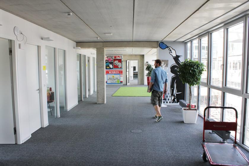 Digitale Leute - Christian Dommers - Eyeo GmbH - Christian Dommers schreitet durch die Flure