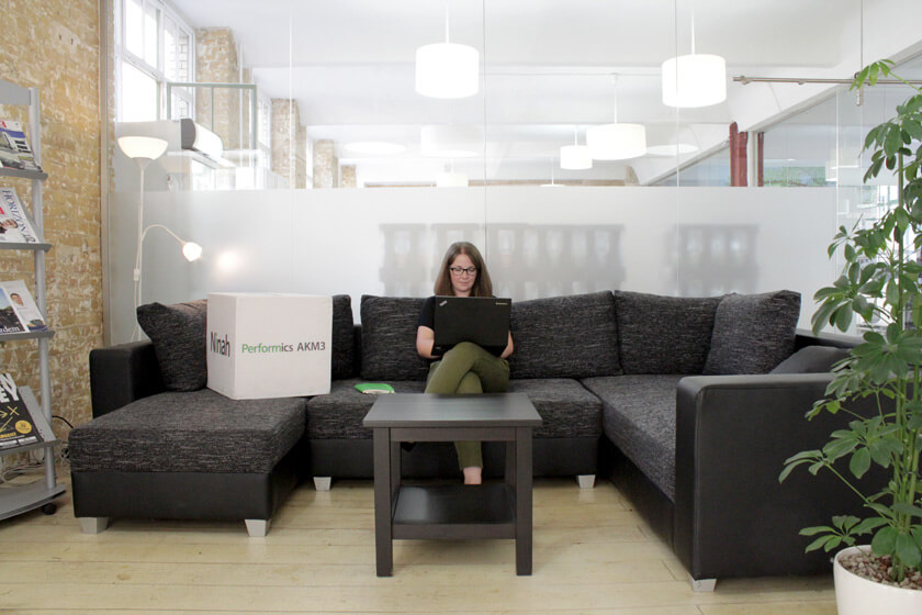 Digitale Leute - Magdalena Mues - Performics - Der Empfangsbereich mit gemütlicher Couch.