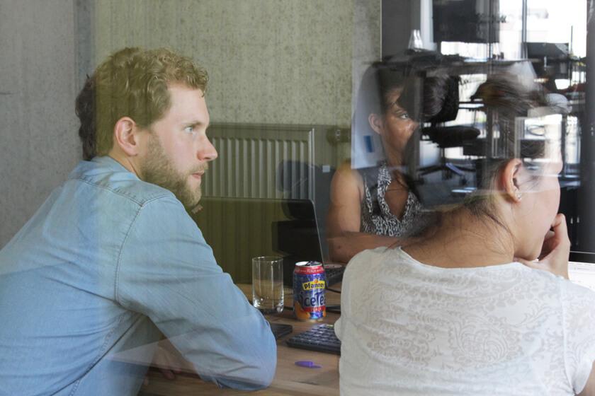 Digitale Leute - Christian Dommers - Eyeo GmbH - Christian Dommers hört bei einer Besprechung zu
