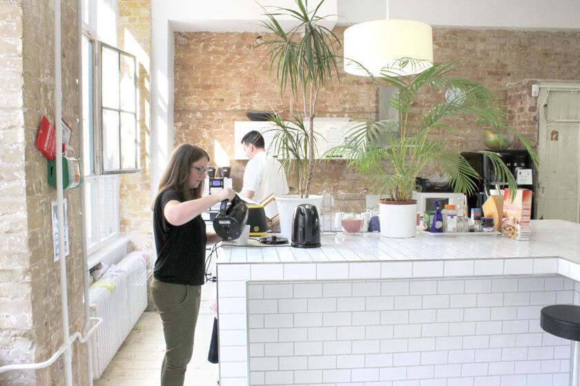 Digitale Leute - Magdalena Mues - Performics - Maggie trinkt gerne Tee.