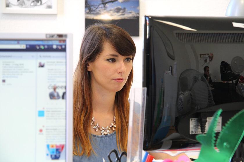 Digitale Leute - Virginia Kalla - employour - Virginia arbeitet an ihrem Arbeitsplatz